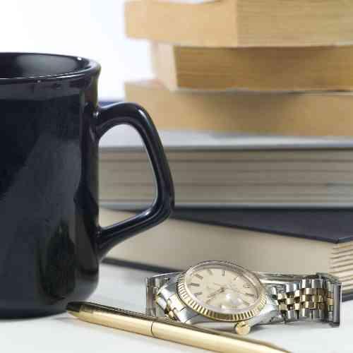 本とマグカップと腕時計