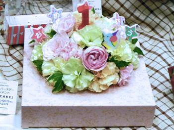 誕生石のネックレスに、誕生花の花言葉を添えてお祝い