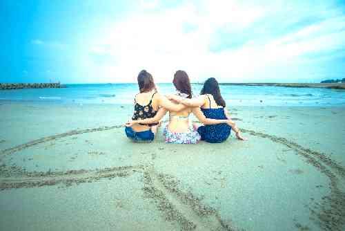 水着の女性3人