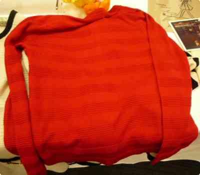 重ね着用赤いカーディガン