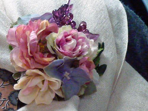 優しい母に、ラナンキュラスの花ブローチを贈りたい