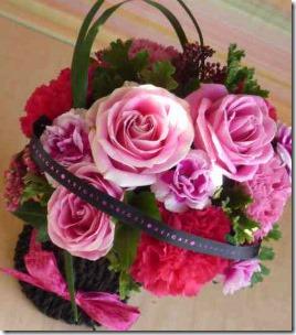 母親へ感謝の気持ちは、母に負けない明るいアレンジメント花籠で