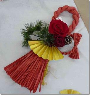 赤い縄のしめ縄飾り