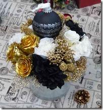 金のバラと白のバラアレンジメント