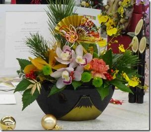 富士山の花器と屏風に松のアレンジメント