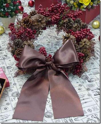 木の実と松かさの大きなリースを玄関に飾るなら、JANE PACKERで
