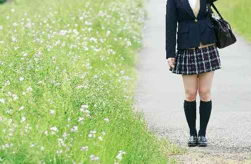 通学する高校生