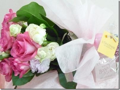 ハンドクリームとバラや芍薬の花束