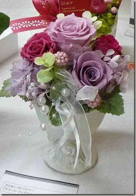 白い陶器バラのアレンジメント