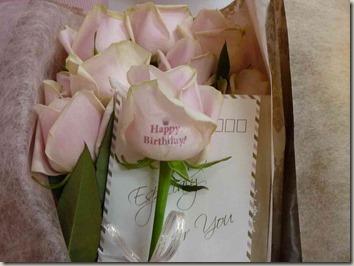 花びらにメッセージ入りのバラの花束