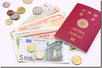 パスポートと外国紙幣