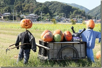 田園とリヤカーとかぼちゃのかかし