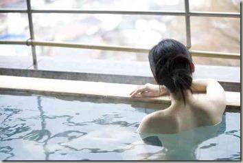 温泉に入る女性