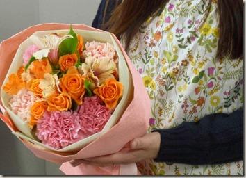 リバティプリントのエプロンとカーネーションの花束