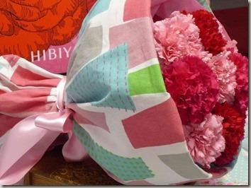 北欧テイストのトートバッグに包まれたカーネーション花束