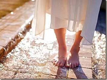 石畳の上で裸足