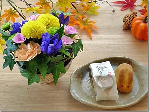 お月見飾りの花と和菓子