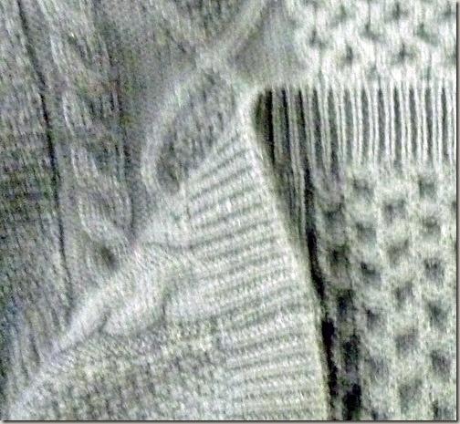 白のアラン編みのセーター