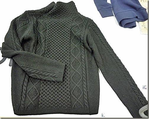 黒のアラン編みのセーター