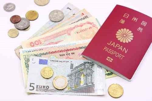 パスポートとユーロ紙幣とコイン