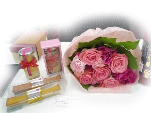 おかやま桃子とバラの花束