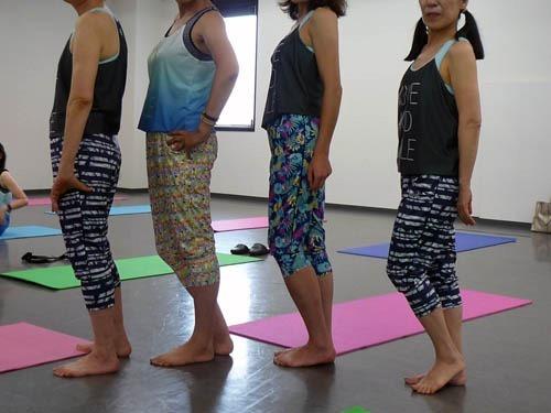 ヨガウエアを着て並ぶ女性