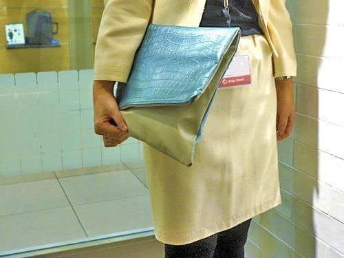 クラッチバッグを持つ女性