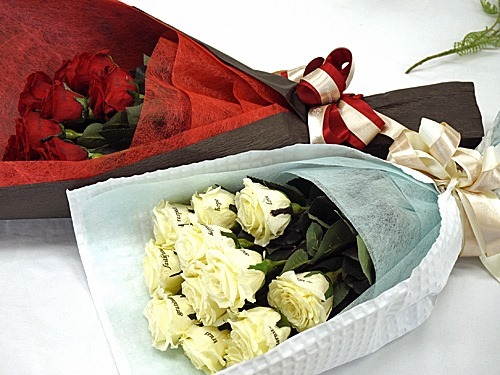 赤と白のバラの花束12本