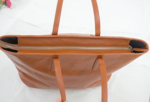 自立型のレザートートバッグ