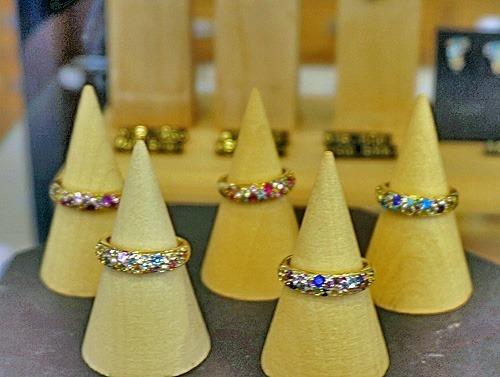 小粒の宝石を集めたブーケの指輪