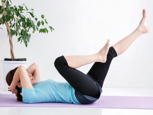 腹筋を鍛える女性
