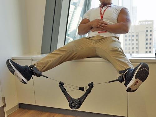 筋トレグッズで脚のトレーニング中