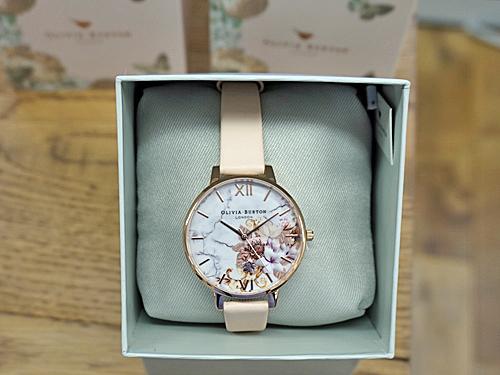 文字盤にバラが描かれた腕時計