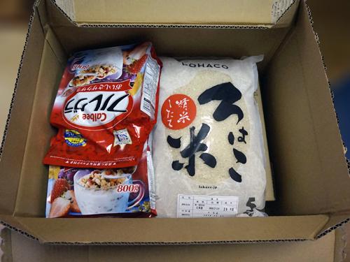 ロハコ米とグラノーラがはいった箱