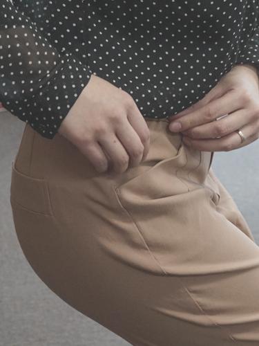 座った姿勢を想定してポケットの広がりを確認