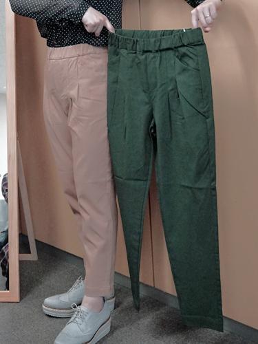 ダークグリーンとキャメルベージュの座パンツ