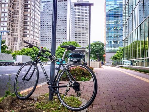 新宿のビル街にある自転車