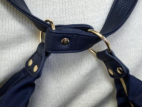 手提げがリュックになるバッグの後ろベルトの部分