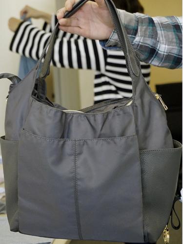 雑誌もスマホも取り出しやすいバッグ