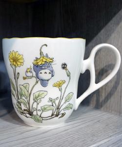 花の上に乗っている小トトロ、中トトロ、まっくろくろすけ