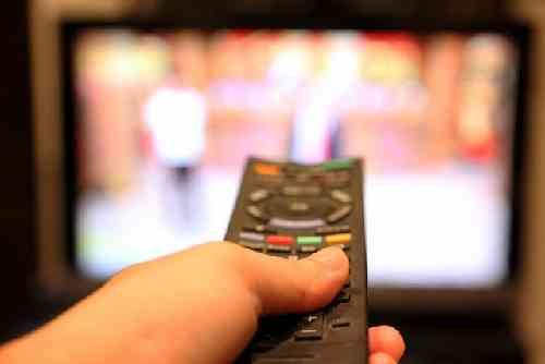 テレビに向けるリモコン