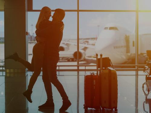 空港で抱き合う夫婦