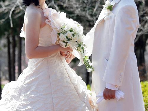 ウェディングドレスと白いタキシード