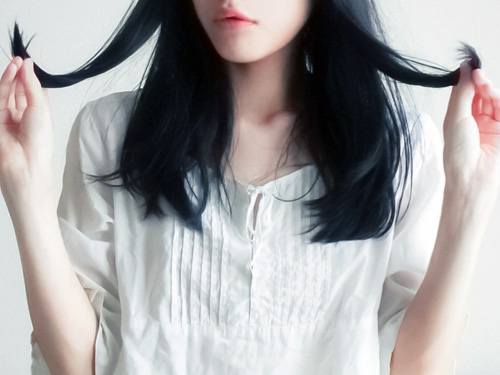 髪のうねりに悩む女性