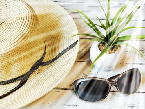 帽子とサングラスに降り注ぐ日の光