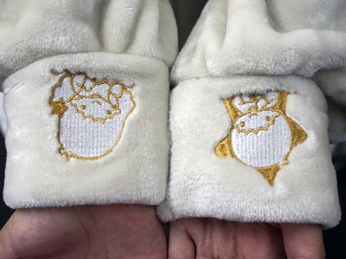 パジャマのそでの部分に、キキ&ララが刺繍されている
