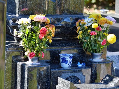 花でいっぱい飾られたお墓