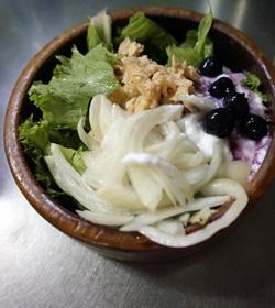 サラダが詰まった木のサラダボール