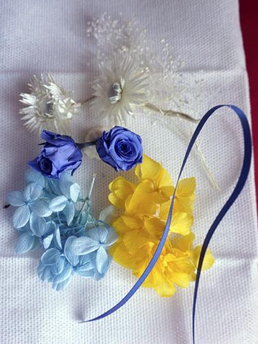 青いバラのハーバリウムの花材