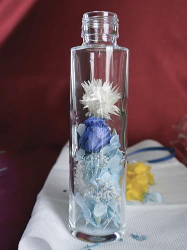 水色のアジサイのガクと青いバラ、白いマムのハーバリウム